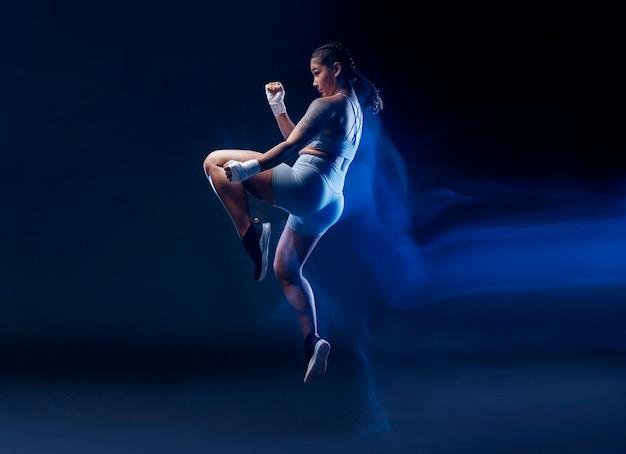 Pełna sprawna kobieta ćwicząca