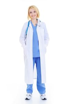 Pełna stojąca kobieta lekarz na białym tle