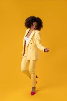 Pełna strzał kobieta w żółtym garniturze