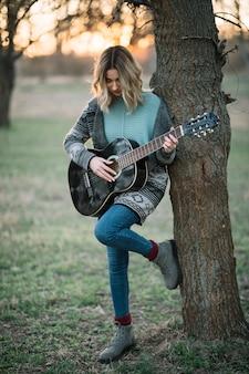 Pełna strzał kobieta z gitarą