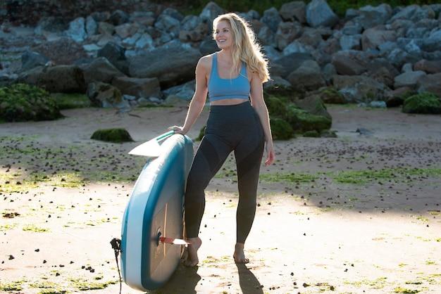 Pełna strzał kobieta z paddleboard
