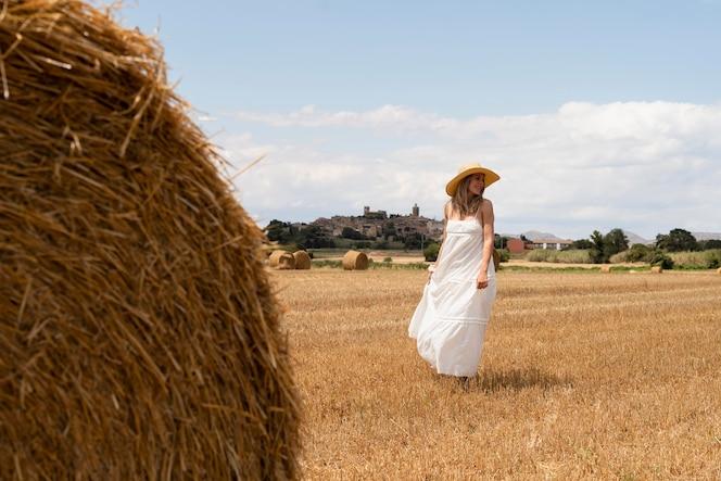 pełna strzał piękna kobieta pozująca w kapeluszu