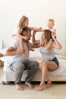 Pełna strzał szczęśliwa rodzina gra razem