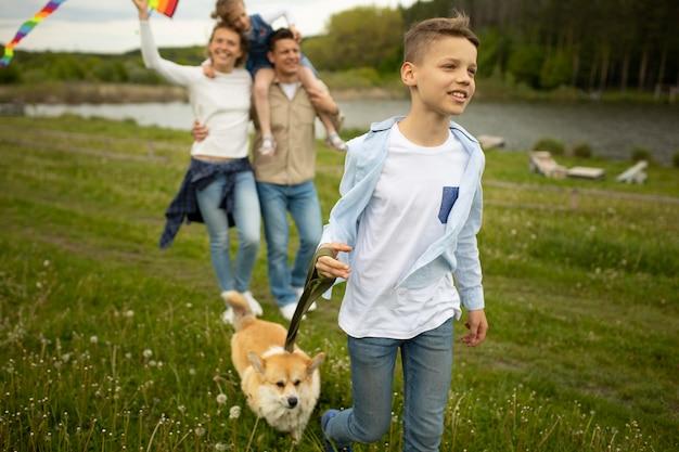 Pełna strzał szczęśliwa rodzina z psem