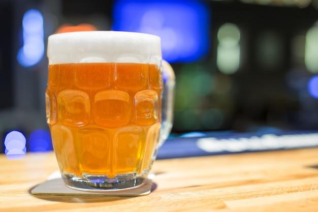 Pełna szklanka pysznego piwa rzemieślniczego w pubie