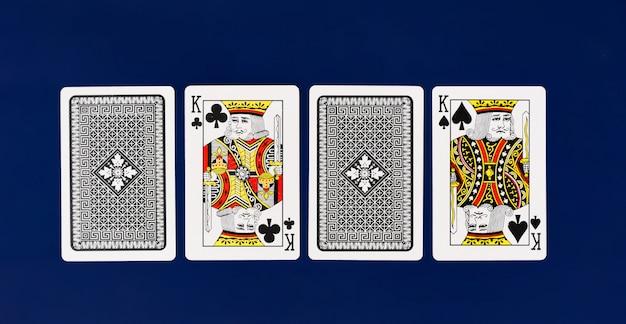 Pełna talia kart do gry króla na prostym tle widok z góry pokera w kasynie