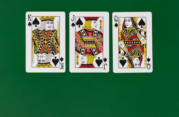 Pełna talia kart do gry z kasynowym pokerem w tle