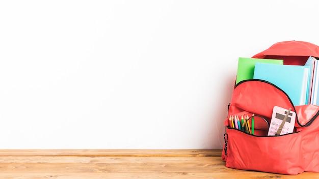 Pełna torba szkolna na stole