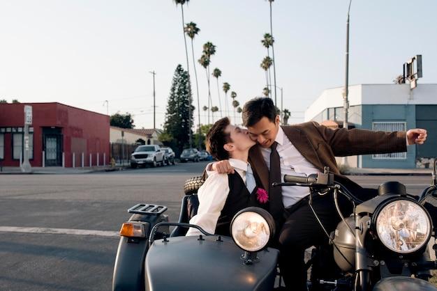 Pełna ujęcie romantyczna para z motocyklem
