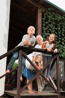 Pełna uśmiechnięta babcia i dzieci
