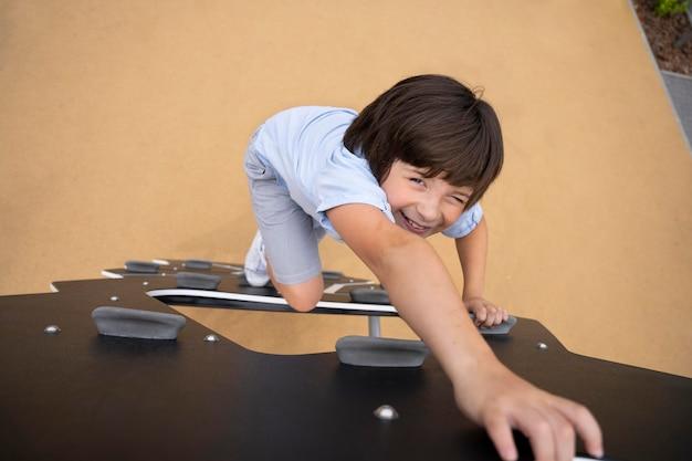 Pełna uśmiechnięta drabina wspinaczkowa dla dzieci