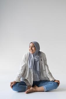 Pełna uśmiechnięta muzułmańska kobieta z hidżabu