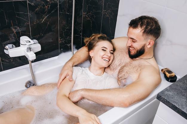 Pełne miłości rozkosze małżeństwa w łazience