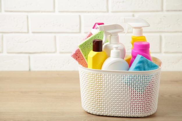 Pełne pudełko środków czyszczących i rękawiczki na białym tle. widok z góry