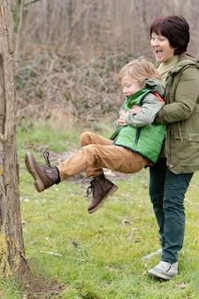 Pełne ujęcie babci i dziecka, które dobrze się bawią