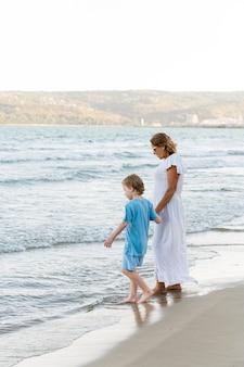 Pełne ujęcie babci i wnuka na plaży