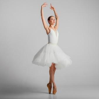 Pełne ujęcie baletnicy w białej sukni