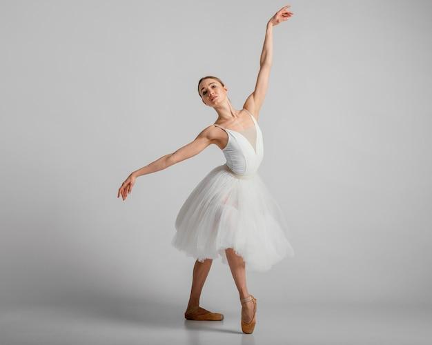 Pełne ujęcie baletnicy w pięknej białej sukni