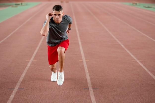 Pełne ujęcie biegacza sportowca