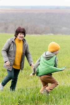 Pełne ujęcie biegającej kobiety i dziecka