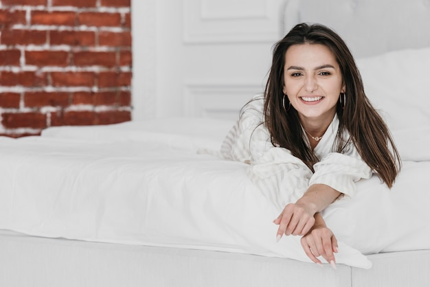 Pełne ujęcie buźki kobieta w łóżku