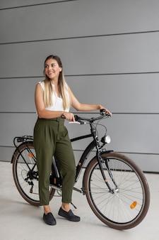 Pełne ujęcie buźki kobieta z rowerem