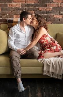 Pełne ujęcie całuje romantyczna para