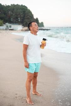 Pełne ujęcie człowieka obserwującego morze