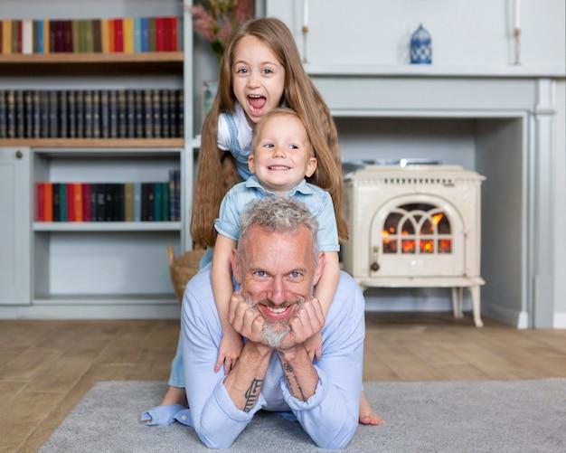 Pełne ujęcie dziadków i dzieci