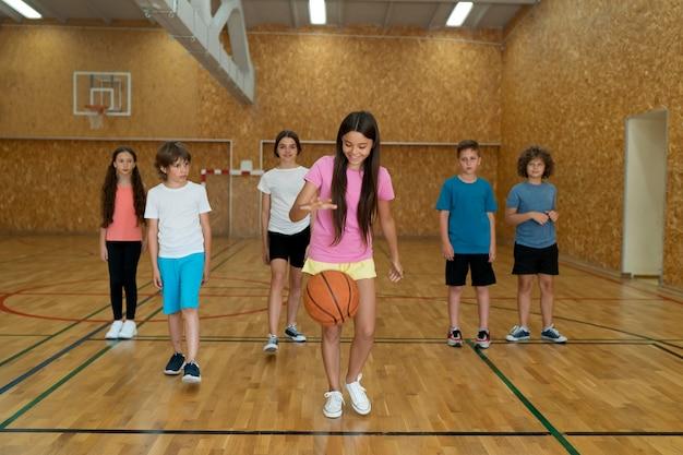 Pełne ujęcie dzieci bawiące się na siłowni