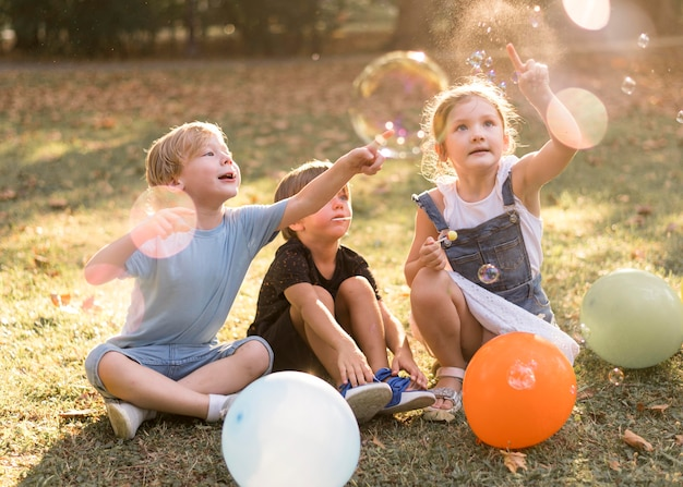 Pełne ujęcie dzieci bawiące się na świeżym powietrzu