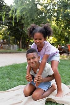 Pełne ujęcie dzieci bawiące się razem