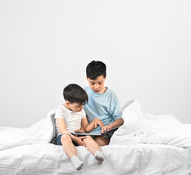 Pełne ujęcie dzieci czytających razem