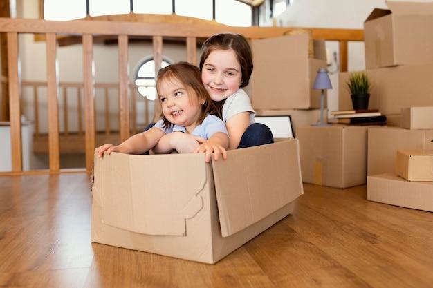 Pełne ujęcie dzieci siedzące w pudełku