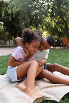 Pełne ujęcie dzieci siedzących razem