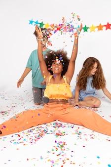 Pełne ujęcie dzieci z kolorowym konfetti