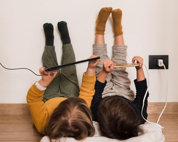 Pełne ujęcie dzieci z urządzeniami