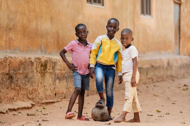 Pełne ujęcie dzieci ze stawianiem piłki