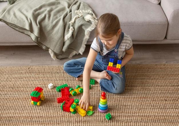 Pełne ujęcie dzieciaka bawiącego się w domu
