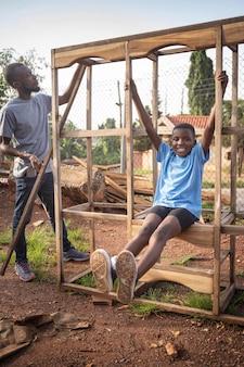 Pełne ujęcie dzieciaka grającego na zewnątrz