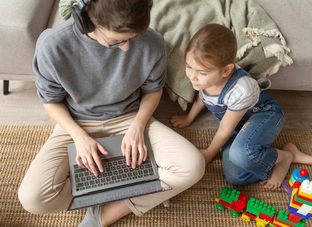 Pełne ujęcie dzieciaka i rodzica na podłodze