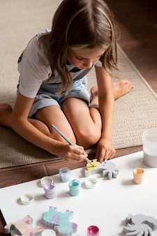 Pełne ujęcie dzieciaka na malowaniu podłogowym