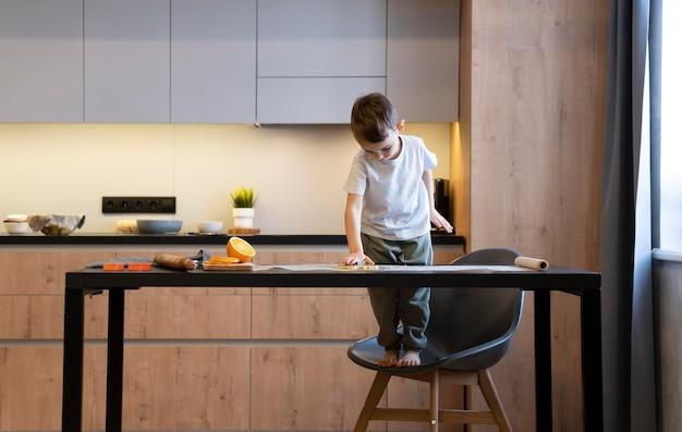 Pełne ujęcie dzieciaka samotnie w kuchni
