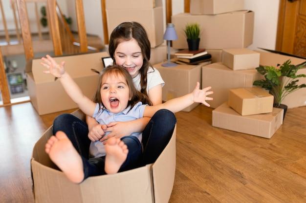 Pełne ujęcie dzieciaka siedzącego w pudełku