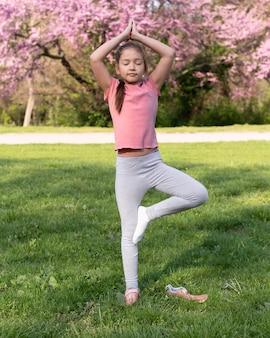Pełne ujęcie dzieciaka stojącego na jednej nodze