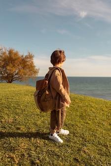 Pełne ujęcie dzieciaka w plecaku