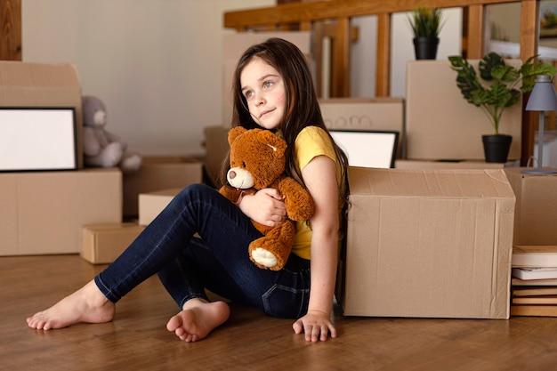 Pełne ujęcie dziecko trzyma zabawkę