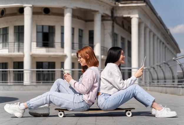 Pełne ujęcie kobiet na longboardzie