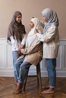 Pełne ujęcie kobiet noszących hidżab