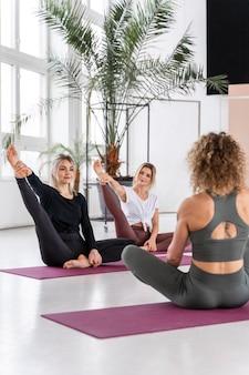 Pełne ujęcie kobiet uprawiających jogę razem